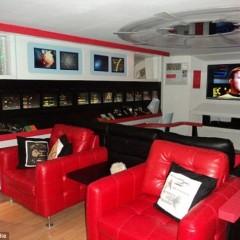 Fan creates $30,000 replica Starship Enterprise suite in basement